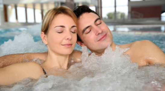 couple-in-hot-tub